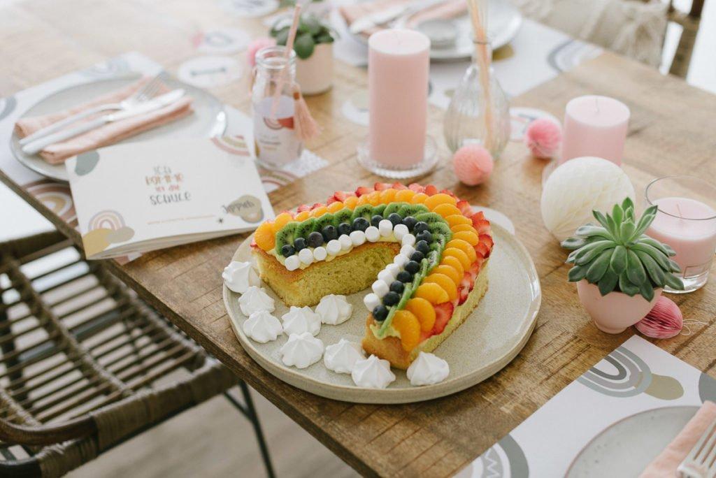 Regenbogen Rezept: Frischer Regenbogen-Obstkuchen mit Rührteig