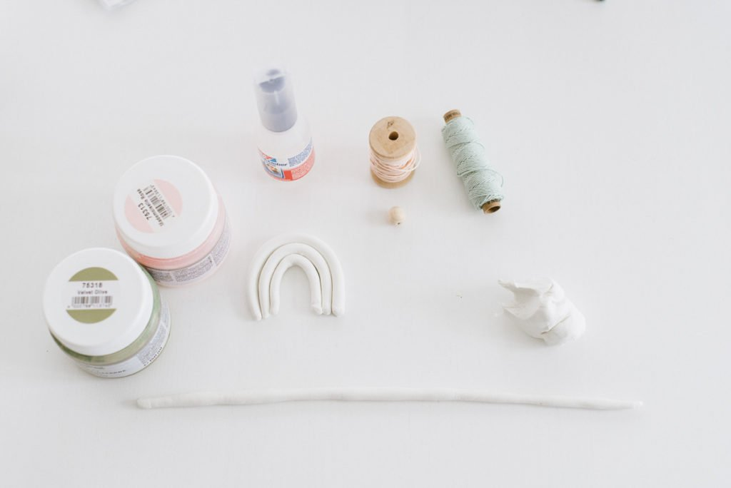 DIY: Regenbogen-Anhänger aus Modelliermasse: Geschenk aus einfach selber basteln und als DIY Regenbogen Gastgeschenk für die Einschulung bereit legen.