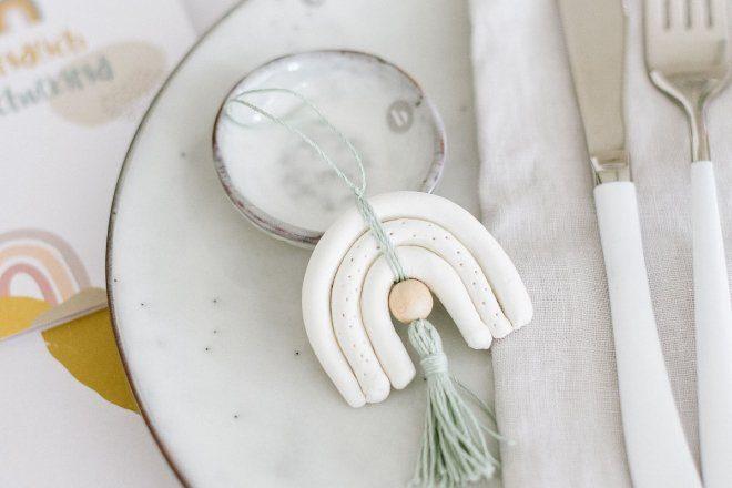 DIY: Regenbogenanhänger aus Modelliermasse: Geschenk aus einfach selber basteln und als DIY Regenbogen Gastgeschenk für die Einschulung bereit legen.