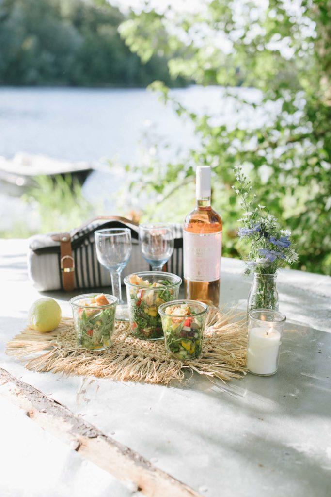 Picknick am See mit Wiesenstrauß und guter Laune. Leckere Rezepte für laue Sommernächte und Dekorationen für euer sommerliches Picknick am See.