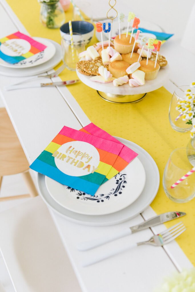 bunte Tischdekoration für den Geburtstag