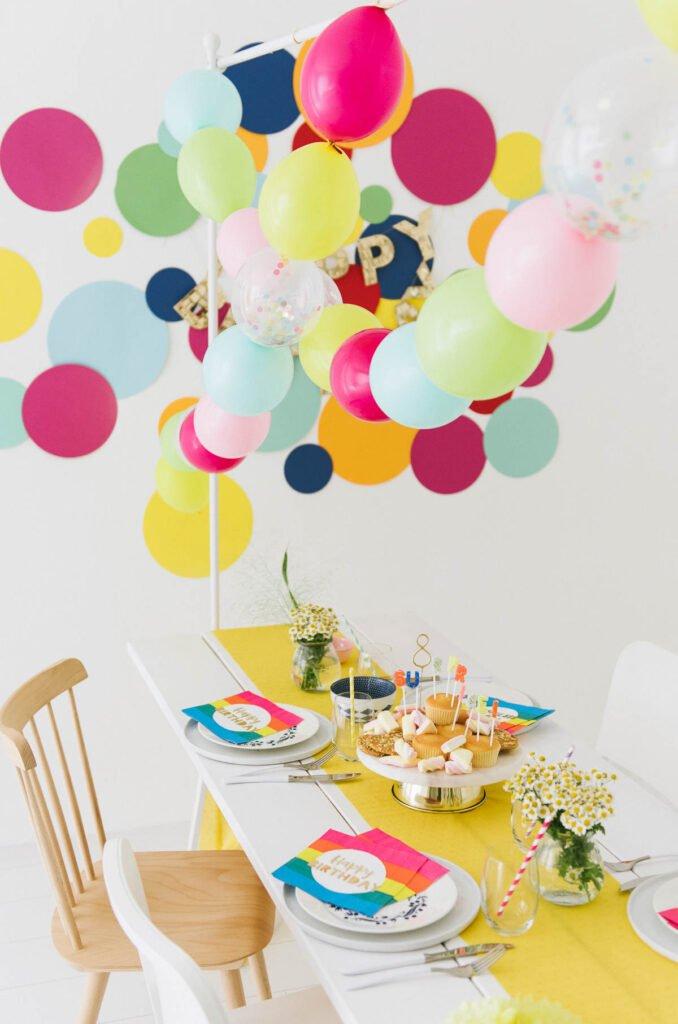 Gedeckter Geburtstagstisch in vielen bunten Farben