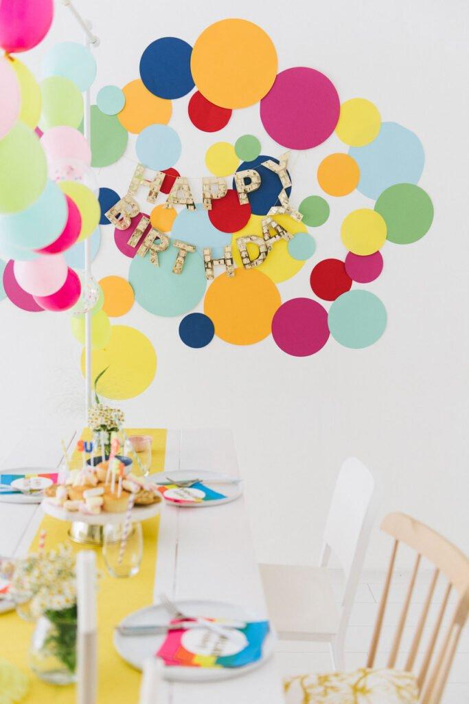 farbenfrohe Deko für den Kindergeburtstag