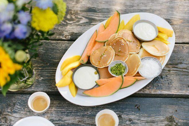 Pancakes auf weißer Platte mit Rezept