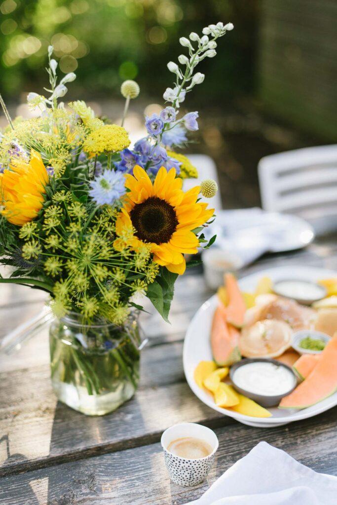 Einfaches Pancakes Rezept für das Ferienfrühstück - Genüssliches Sommerferien - Frühstück mit Sommerblumen, exotischen Früchten und Pancakes.