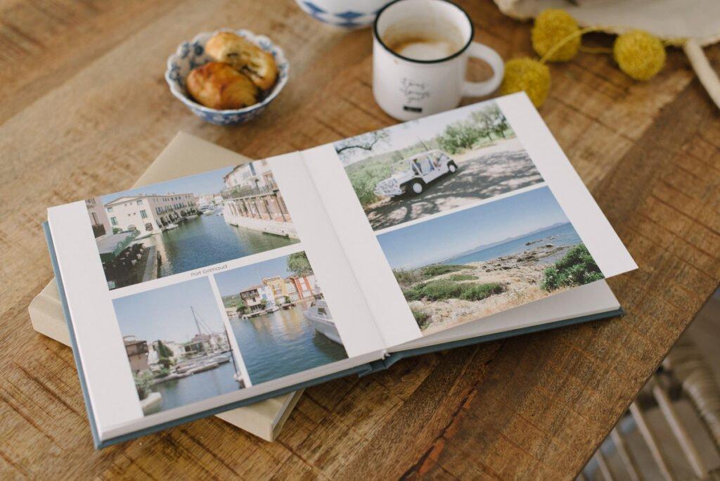 Aufgeschlagenes Fotoalbum auf einem Holztisch