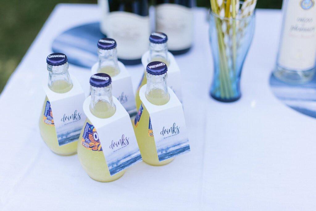 Orangina Flaschen mit Anhängern