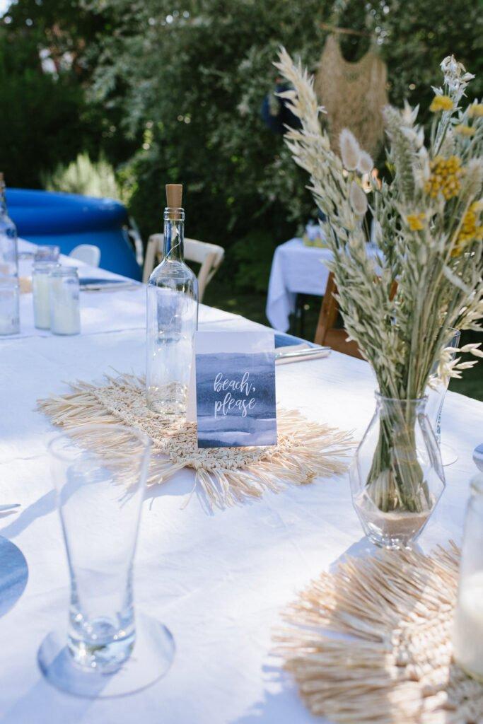 Tischdeko im Garten mit Aufsteller