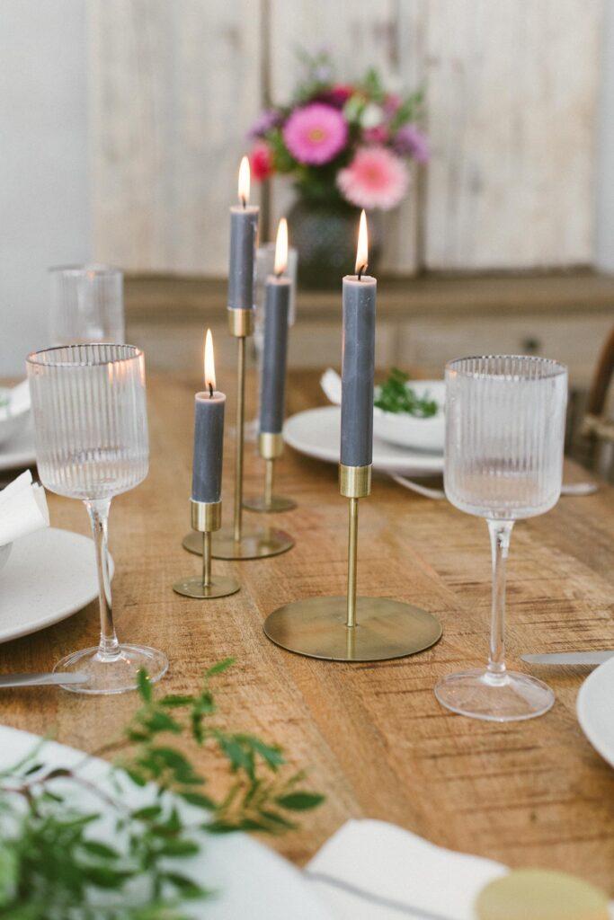 Runder Wiesenstrauß: Gemütliches Dinner mit Freunden vorbereiten