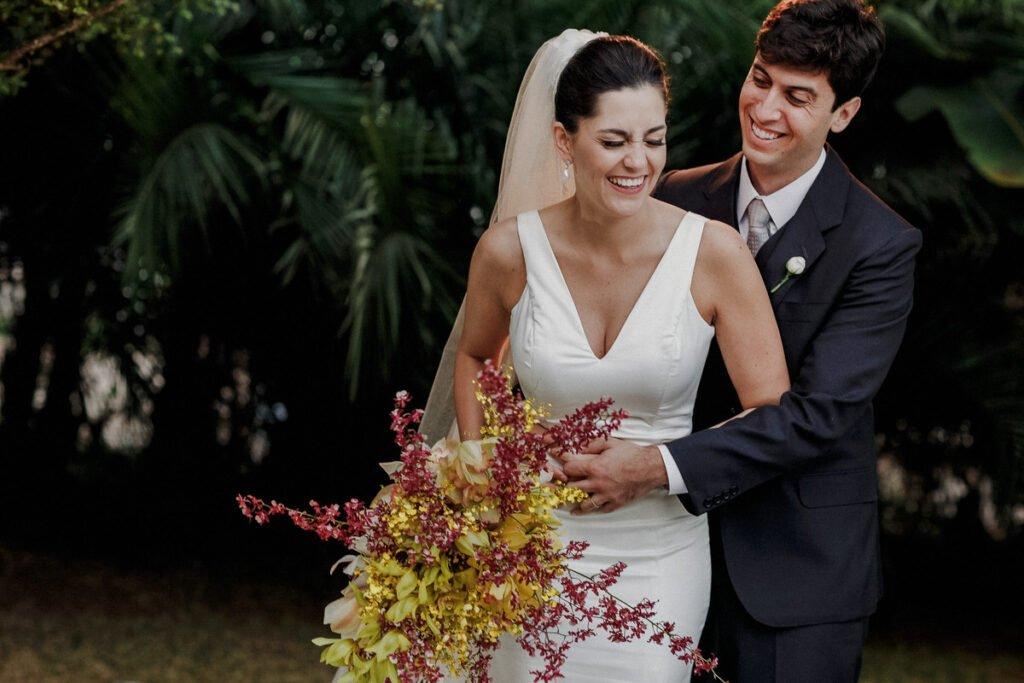 Farbenfrohe Boho Hochzeit mit leuchtender Blumendeko