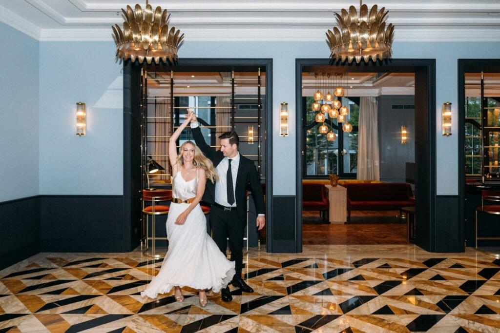 Elegante Hochzeit in Zeiten von Corona. Standesamtlich heiraten im kleinen Kreis, ganz elegant und ausgelassen.