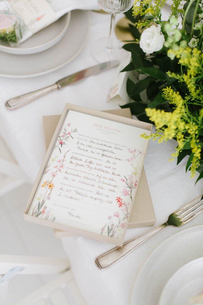 Hochzeitsdekoration mit Blumen Elegant Flowers Gästebuchkarten