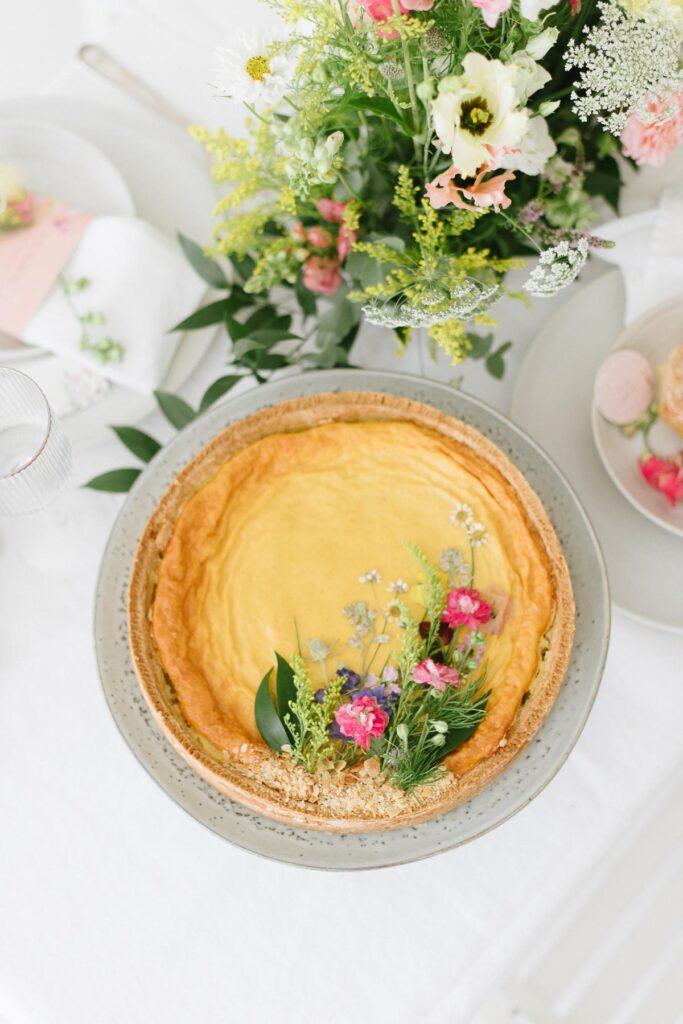 Hochzeitsdekoration mit Blumen Elegant Flowers Rahmkuchen
