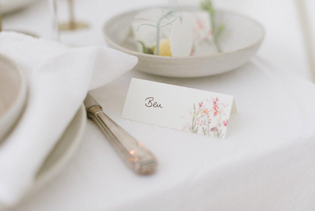 Hochzeitsdekoration mit Blumen Elegant Flowers Namenskärtchen