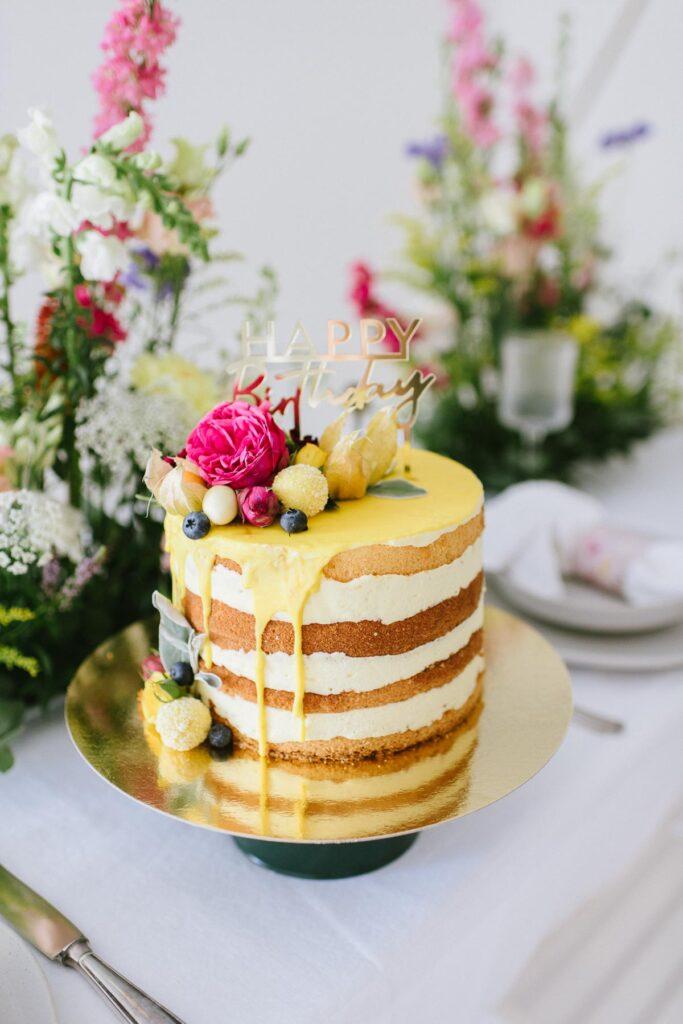 Hochzeitsdekoration mit Blumen Torte