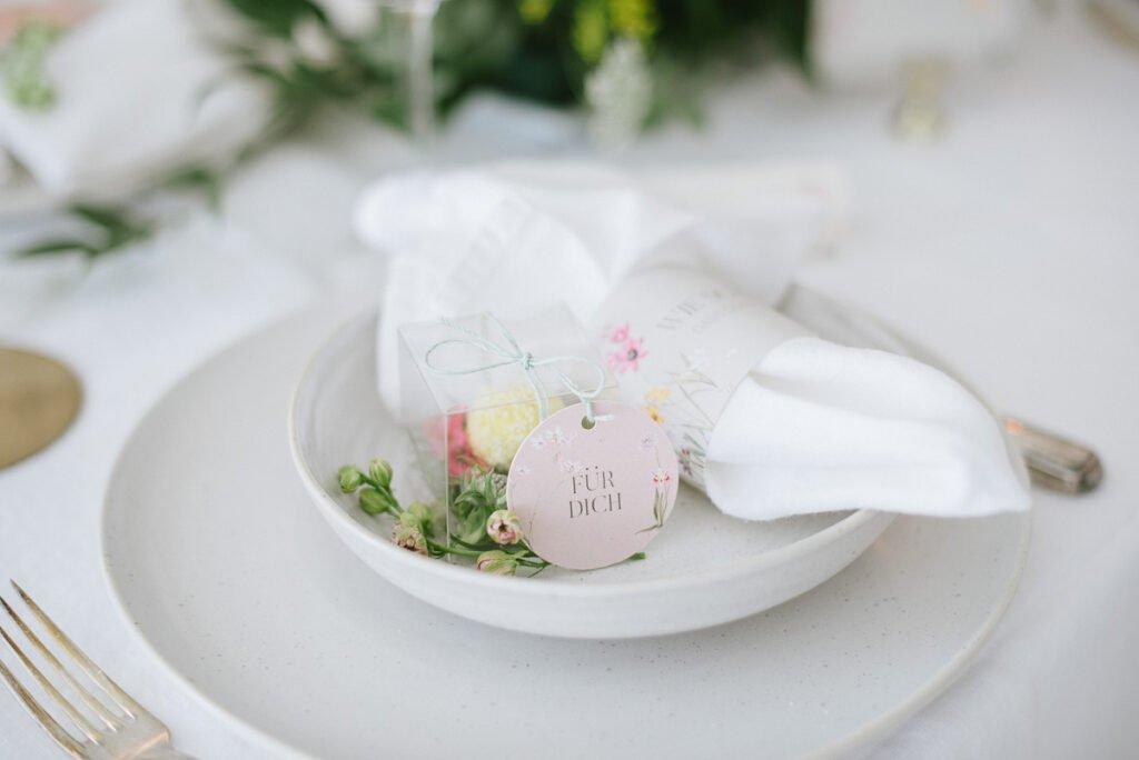 Hochzeitsdekoration mit Blumen Papeterie