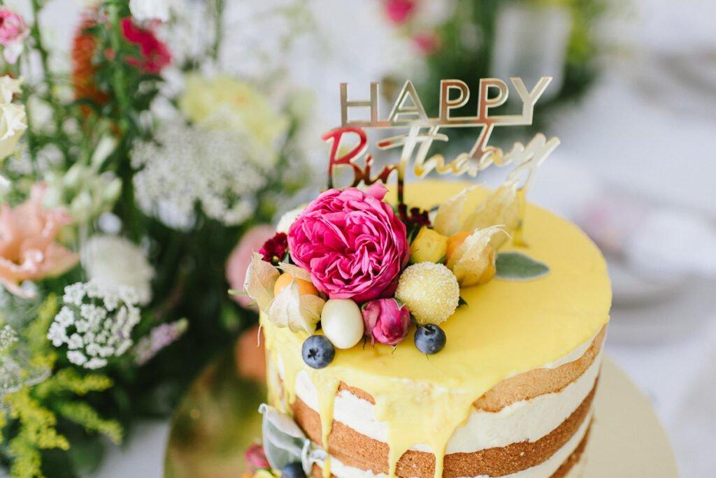 Hochzeitsdekoration mit Blumen Geburtstagstorte