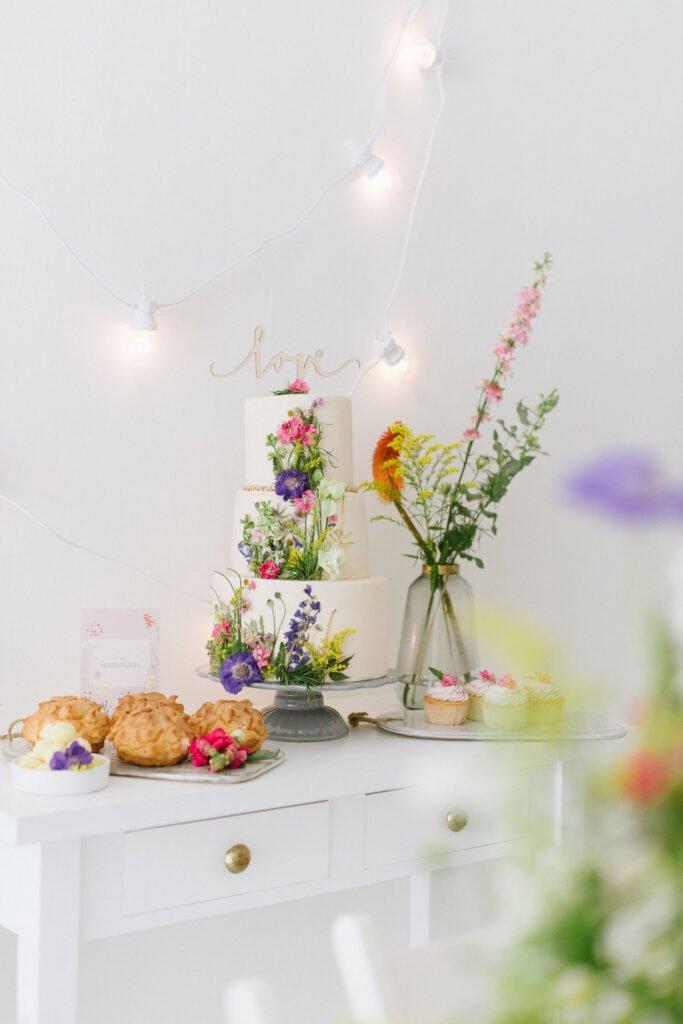 Hochzeitsdekoration mit Blumen Candy Bar