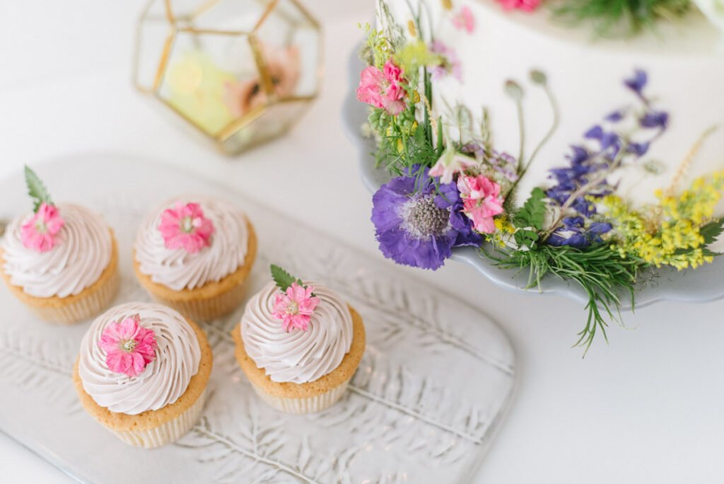 Hochzeitsdekoration mit Blumen Elegant Flowers Cupcakes