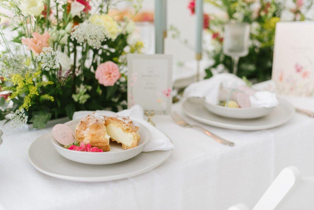 Hochzeitsdekoration mit Blumen Elegant Flowers Gefüllte Windbeutel