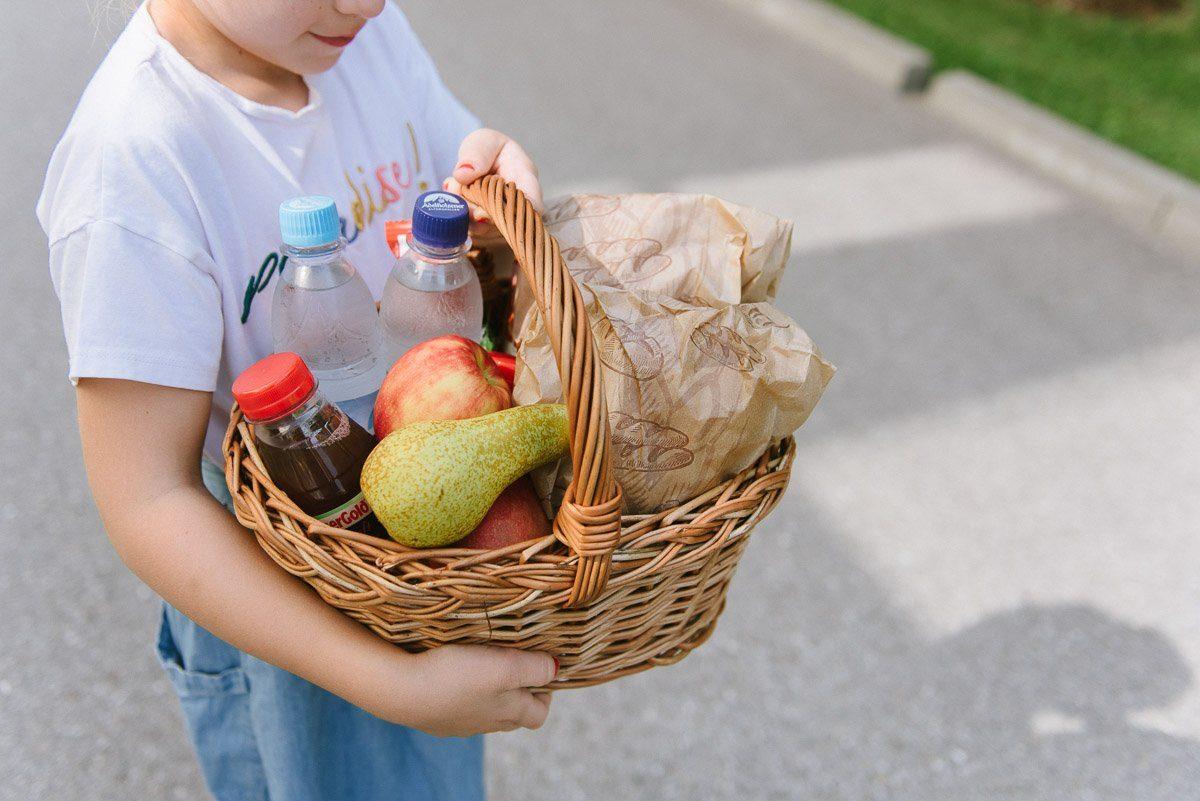 Picknick Korb mit Getränken und Obst