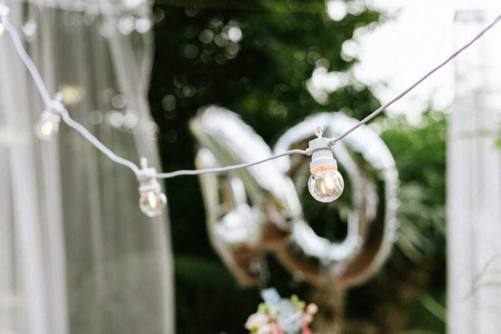 Weiße Lichterkette im Garten