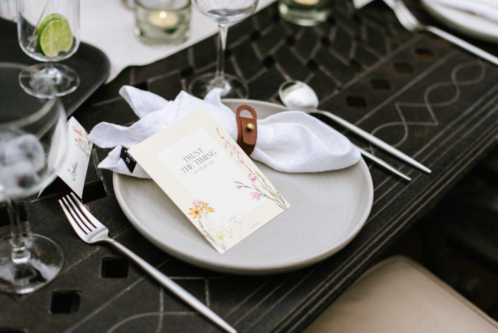 Teller mit Leinenserviette und Gastgeschenk