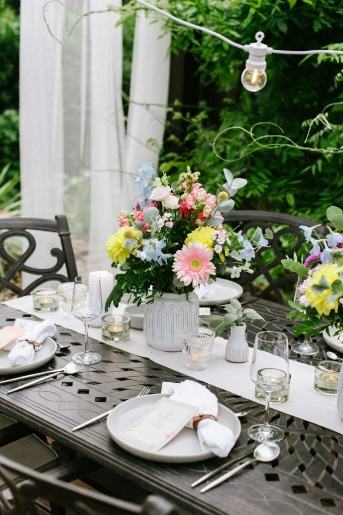 Bunte Blumen auf dem Tisch im Garten