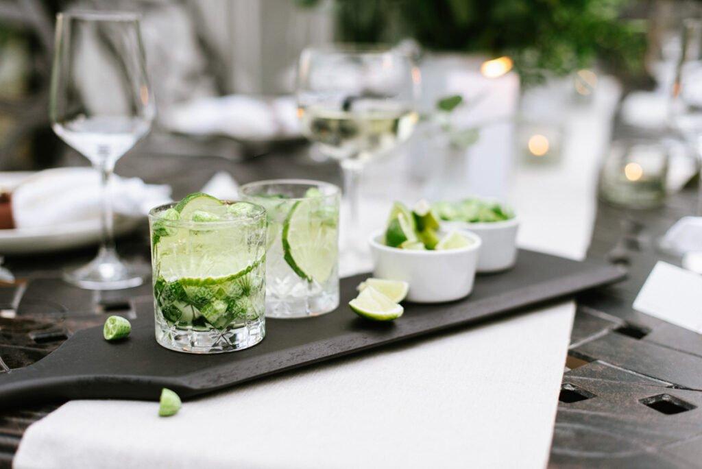 Schwarzes Tappasbrett mit Gin Tonic