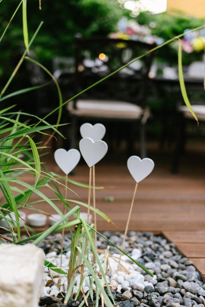 Weiße Herzen aus Holz zum in die Erde stecken
