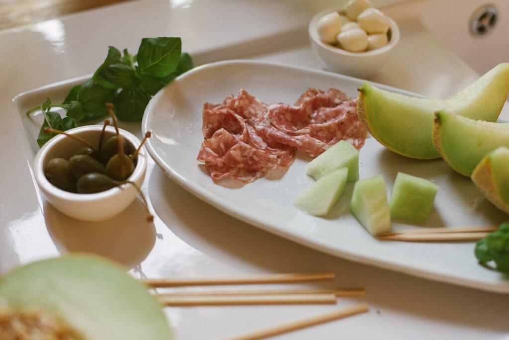 Spieße mit Melone und Fenchelsalami Spieße Melone Fenchelsamami Fingerfood