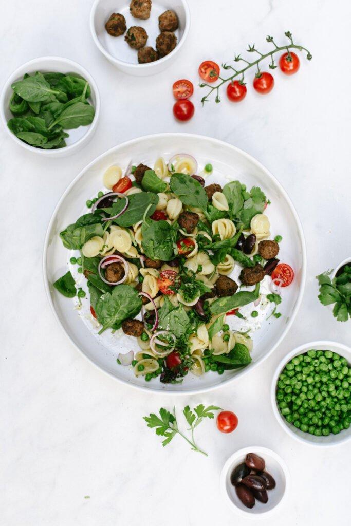 Nudelsalat mit Fleischbällchen und Babyspinat