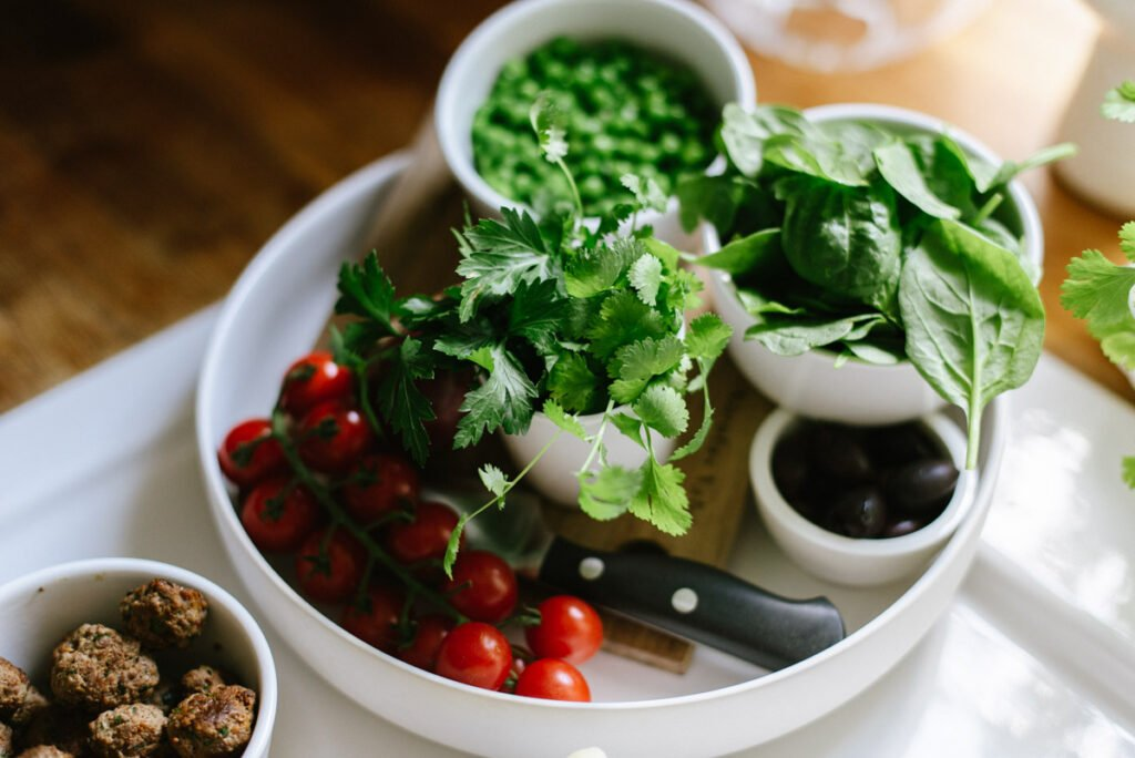 Zutaten: Nudelsalat mit Fleischbällchen und Babyspinat