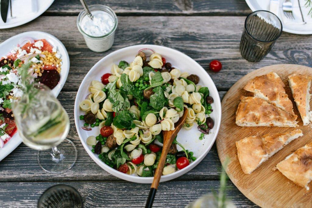 Perfekt zum Grillen: Neuer Nudelsalat mit Babyspinat