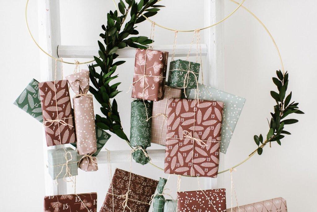 Adventskalender für Kinder basteln, Geschenke kindgerecht verpacken und aufhängen. Schöne Geschenkverpackung für Adventskalender