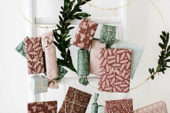Adventskalender für Kinder basteln, Geschenke kindgerecht verpacken und aufhängen. Die Advent Vorfreude auf Weihnachten steigt.