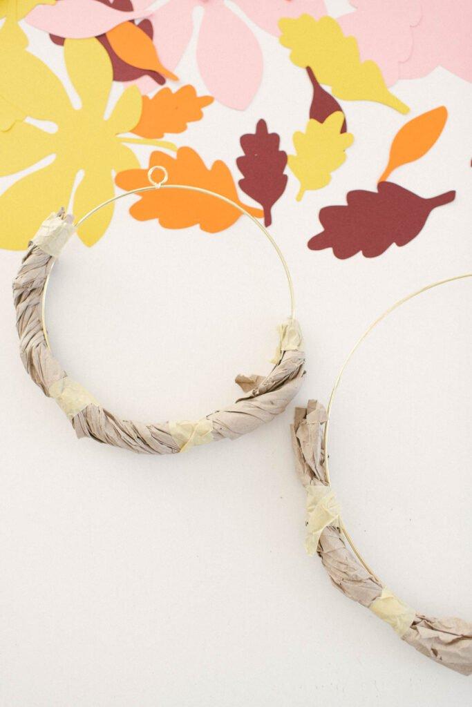 Herbst DIY Blätterkranz basteln aus Papierblättern. Blätter-Deko einfach selber machen und Wohnung herbstlich schmücken.