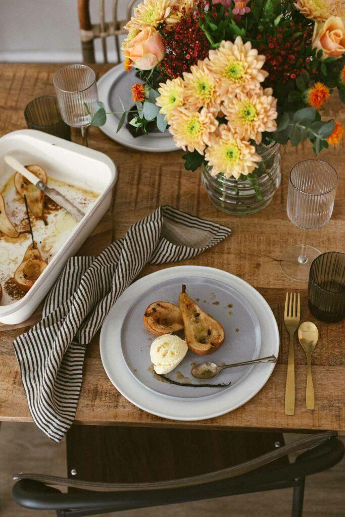 Dessert Ofenbirnen mit Vanilleeis - das lassen wir uns schmecken. Blumenstrauß und Freunde dürfen nicht fehlen. Zutaten fürs Rezept hier.