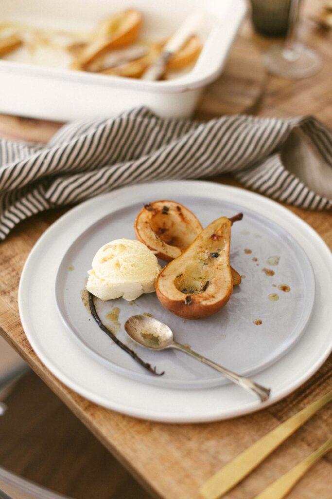 Ofenbirnen mit Vanilleeis