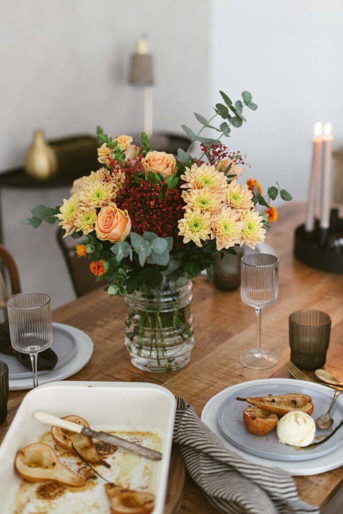 Blumenstrauß und Freunde zum Abendessen