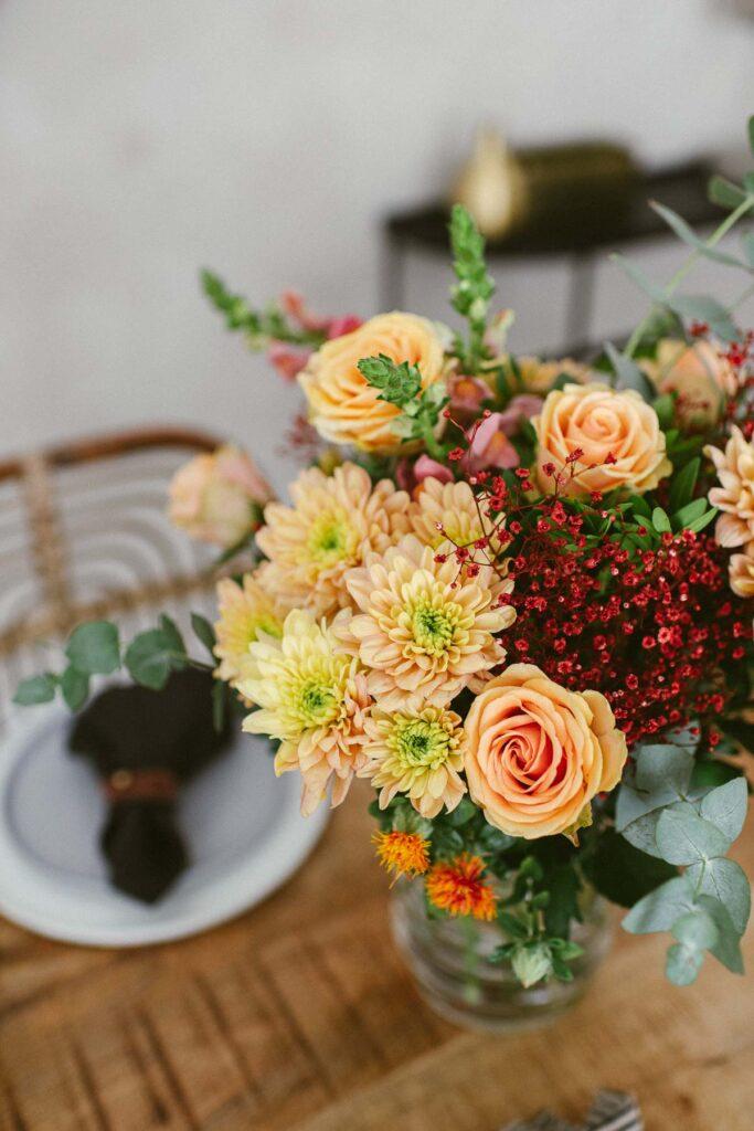 Herbstliches Leuchten: Wiesenstrauß in gelb- und orange Tönen