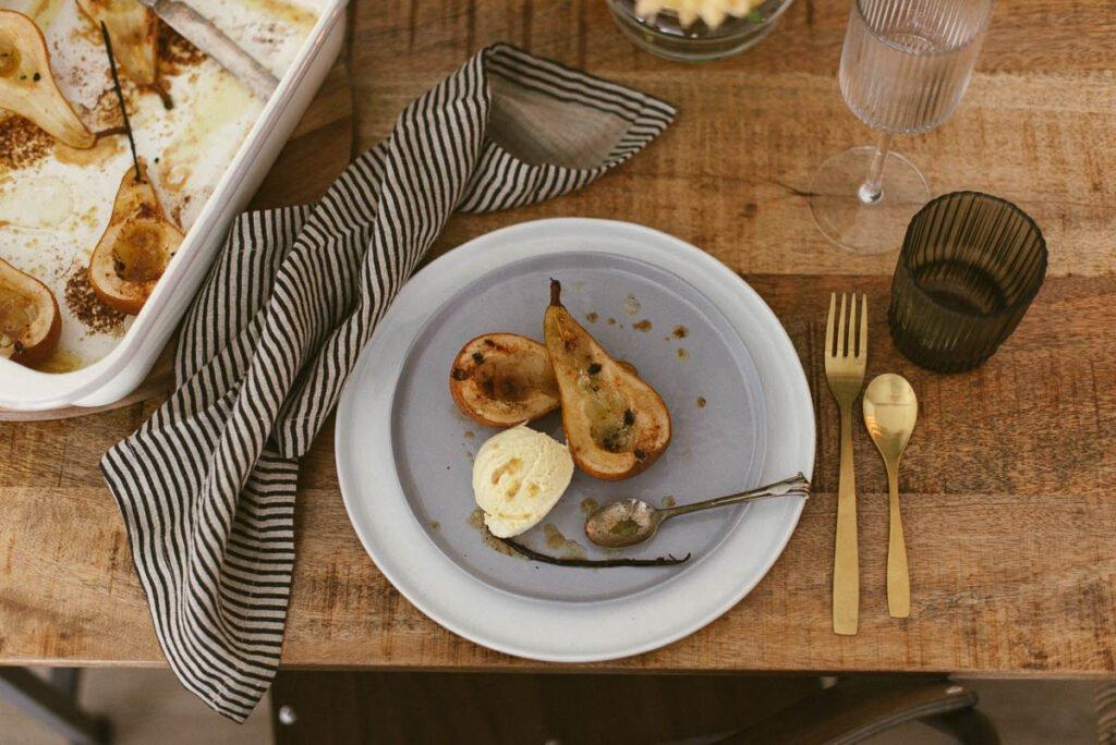 Dessert Ofenbirnen mit Vanilleeis. Zutaten fürs Rezept hier.