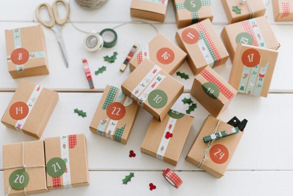 DIY Adventskalender für Kinder basteln, Geschenke kindgerecht verpacken und aufhängen. Die Advent Vorfreude auf Weihnachten steigt.