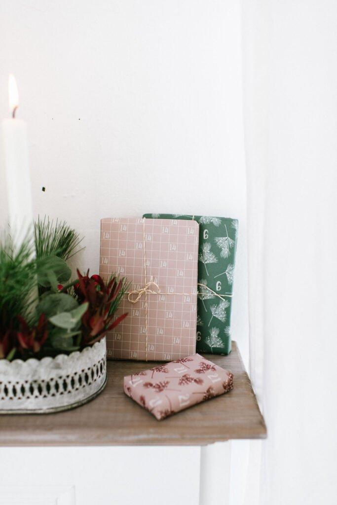 DIY Adventskranz mit Pflanzen für draußen weihnachtlich dekorieren mit grünen Zweigen und Beeren oder Olivenzweigen.
