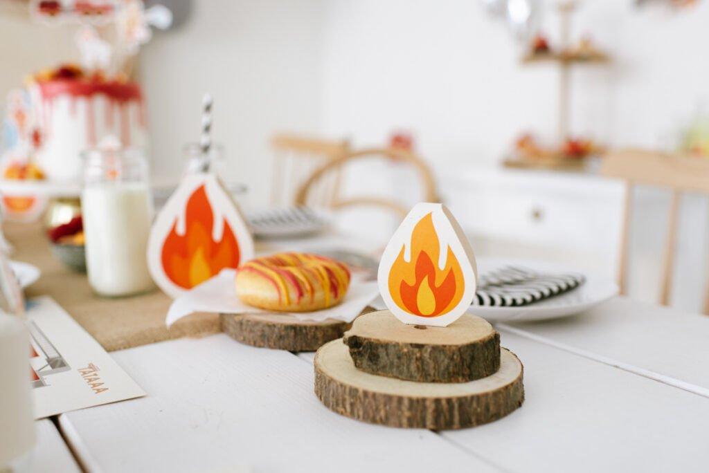 Fröhliche Deko für den Kindergeburtstag Feuerwehr - Unsere Feuerwehrparty Box mit Flammen - Bastelideen für eure Tischdeko.