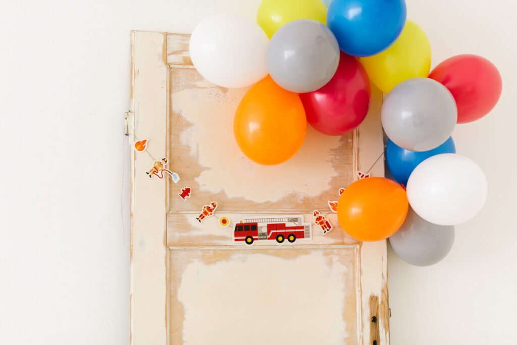 Kindergeburtstag feiern als Feuerwehrparty - Unsere Feuerwehr Geburtstagsparty Box mit Einladungen, Deko-Elementen, Spielen und Malbuch.