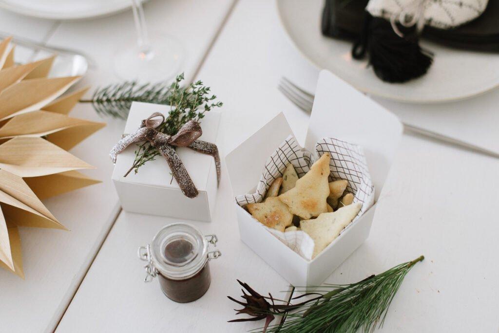 Weihnachtliches Rezept: Weihnachtsmitbringsel Gewürz-Cracker mit Balsamico Zwiebeln für liebe Gastgeber - einfach zubereitetes Geschenk
