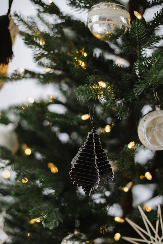 Weihnachten nordisch by Nature - gemütlich nordisch Weihnachten dekorieren mit DIY Tannenbaum in der Vase und Skandi Look in schwarz-weiß