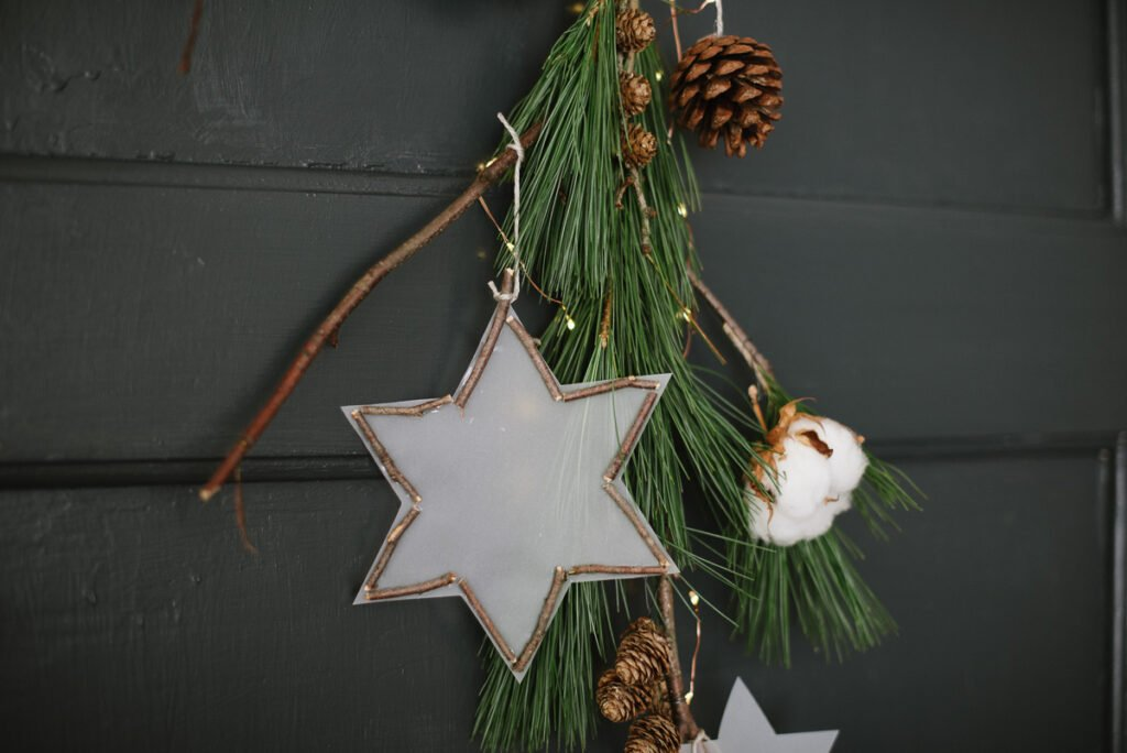 Weihnachtliche DIY Idee: Türdeko mit Papiersternen und Zapfen. Einfaches DIY für eure weihnachtliche Haustüre zum selber machen