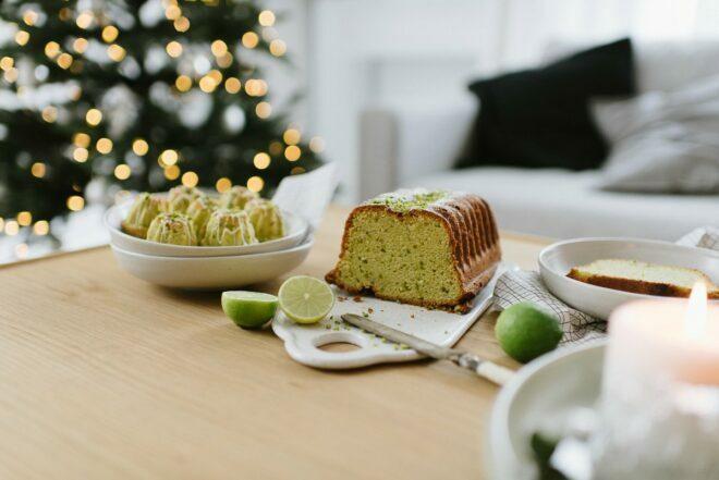Raffinierter Weihnachtskuchen: Minigugl mit Avocado und Pistazien als weihnachtliches Dessert, für Adventskaffee und festliche Adventssonntage